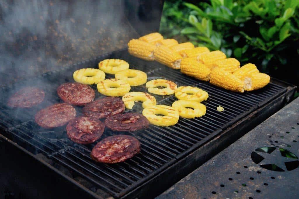 Burger, Mais & Ananas auf dem Grill
