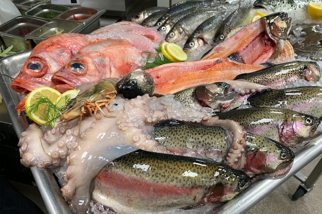 Frischer Fisch in Auslage