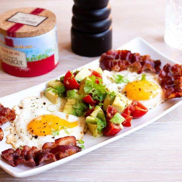 Spiegeleier mit Bacon & Avocado