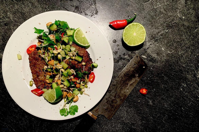 Kalbsschnitzel mit Gurken, Koriander, Limette & Chili