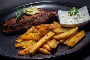 Rumpsteak mit Steakhouse-Pommes aus dem Backofen