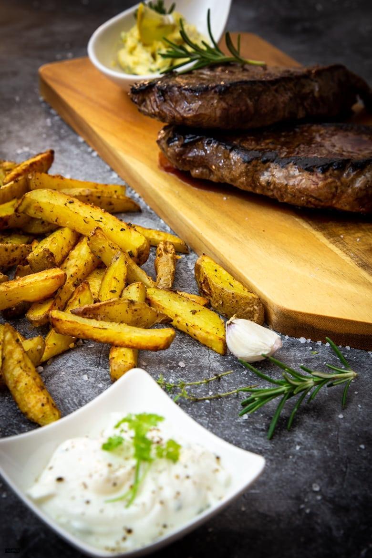 Gebratenes Steak mit Backofen-Pommes