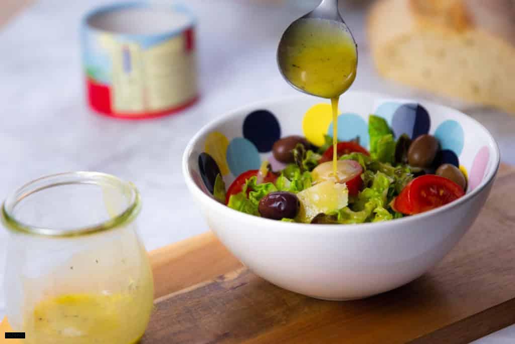 Vinaigrette über Salat