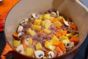 Gemüse für Coq au vin anbraten