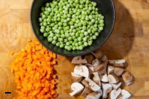 Gemüse für das Hühnerfrikassee vorbereiten