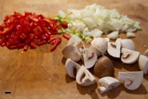 Zutaten für Pizzasuppe schneiden