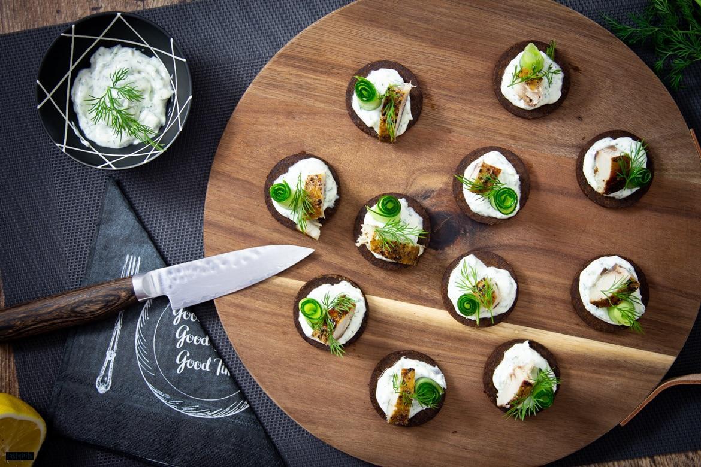 Pumpernickel mit Räucherfisch, Gurke, Dill & Meerrettich-Crème