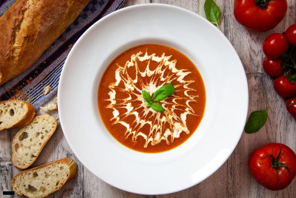 Schnelle Tomatensuppe mit Sahne & Basilikum