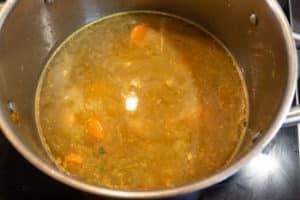 Möhren-Ingwer-Suppe mit Fond ablöschen