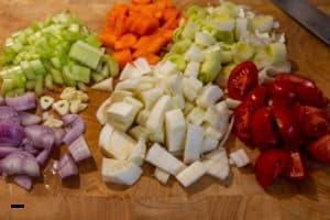 Gemüse für Hummersuppe vorbereiten