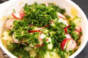 Kartoffelsalat vermengen