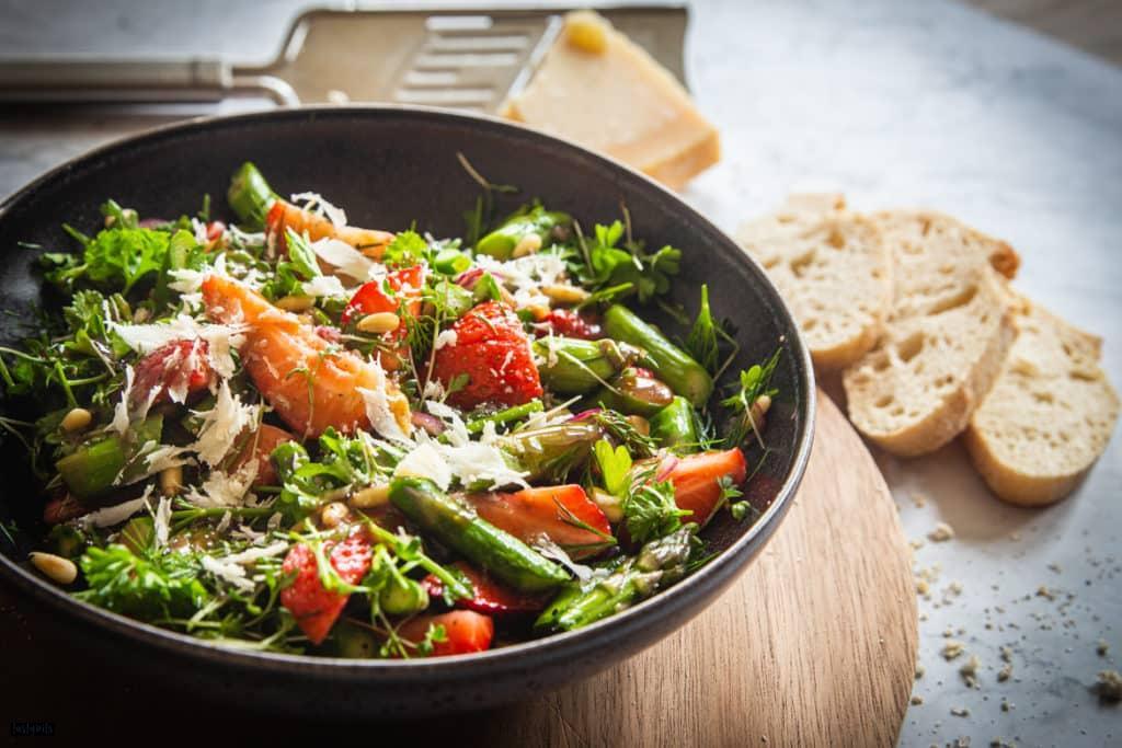 Grüner Spargelsalat mit Brot