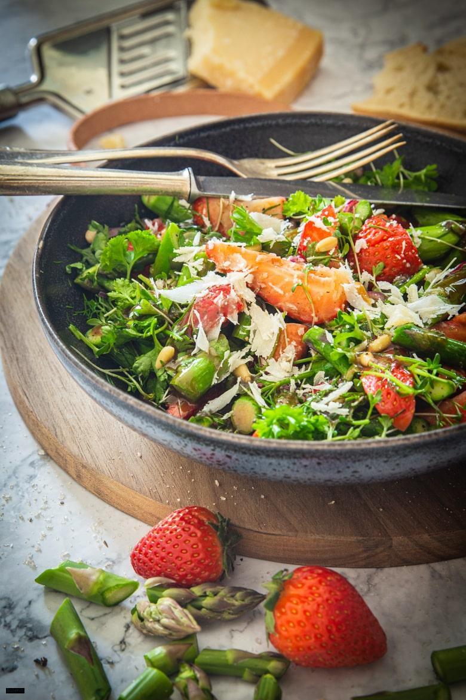 Spargelsalat mit grünem Spargel & Erdbeeren