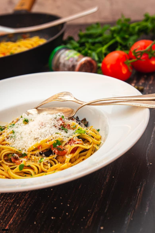 Puttanesca mit Parmesan