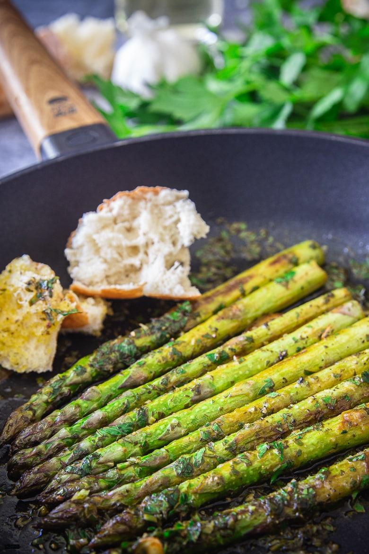 Gebratener grüner Spargel mit Brot