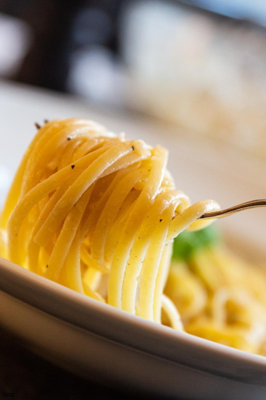 Spaghetti mit Parmesan und schwarzem Pfeffer