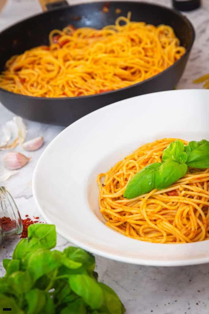 Schnelle Tomatensauce mit Knoblauch & Chili