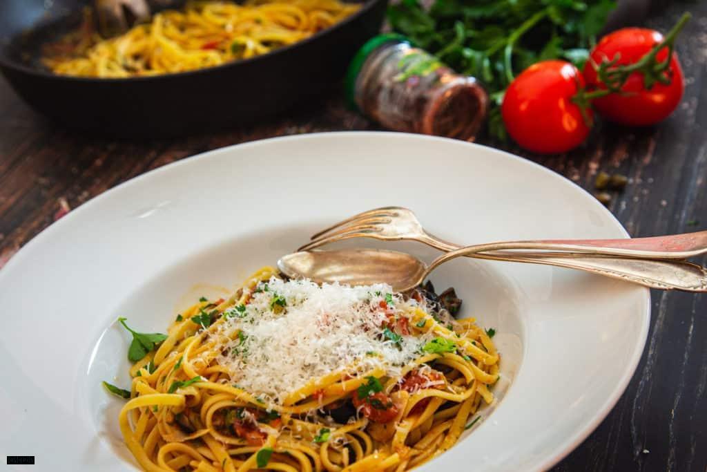 Ein Teller Pasta puttanesca