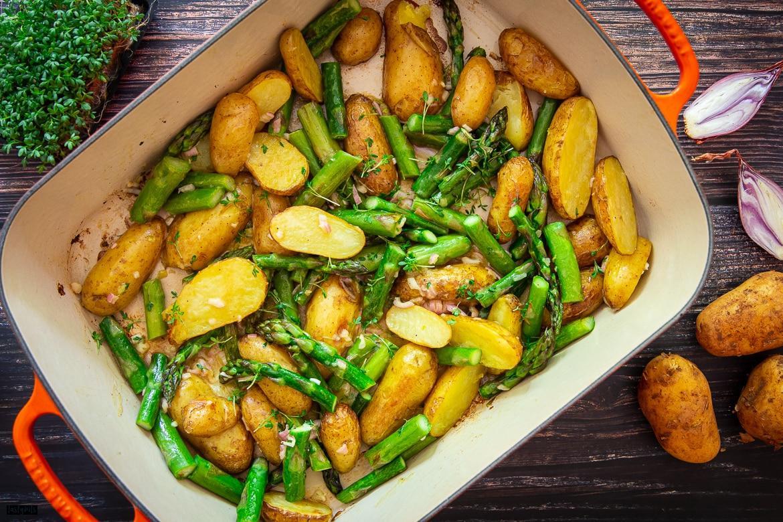 Grüner Spargel mit Kartoffeln aus dem Ofen