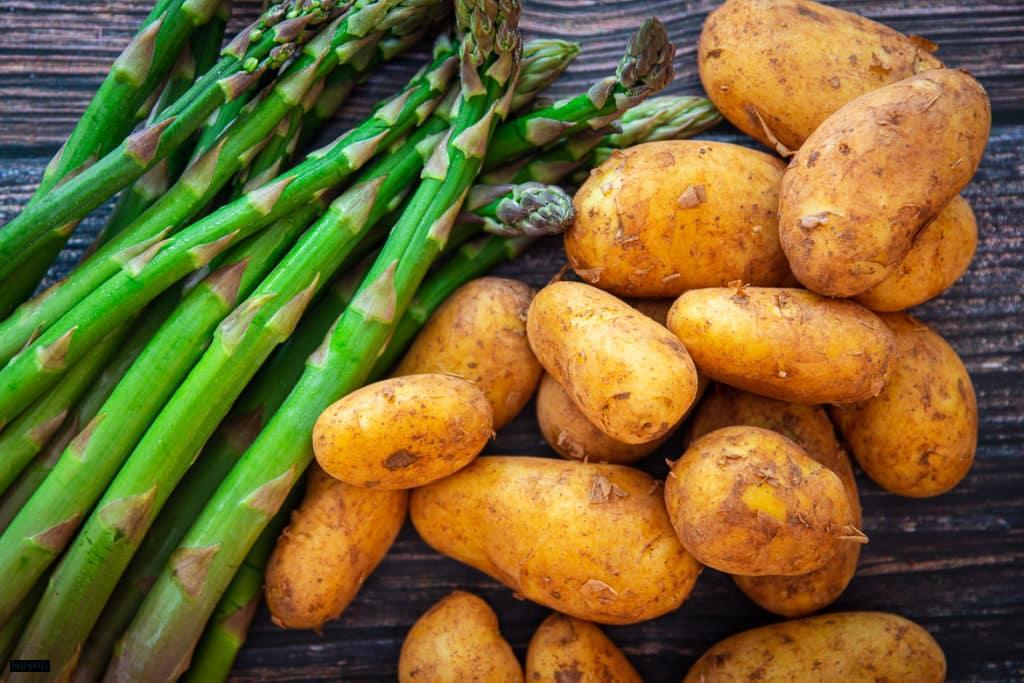 Grüner Spargel und Kartoffeln