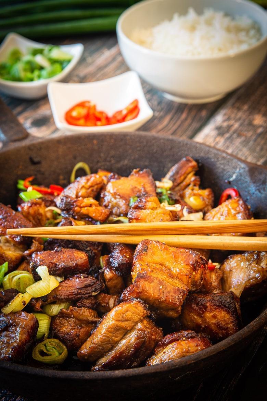 Asiatischer Schweinebauch mit Reis