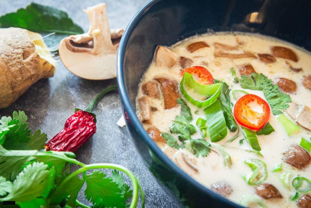 Thai-Hühnersuppe mit Kokosmilch
