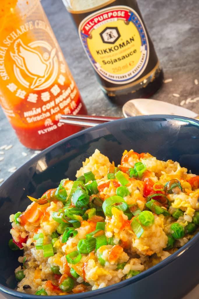 Schneller Bratreis mit Sriracha-Sauce