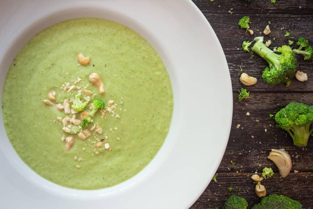 Brokkoli-Cremesuppe mit Cashews