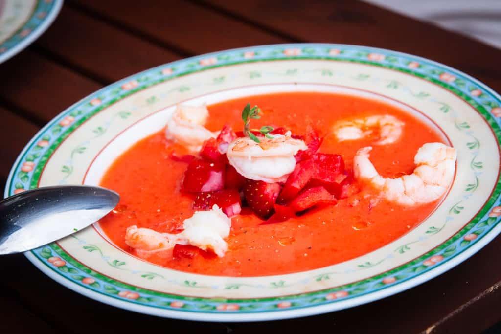 Erdbeergazpacho mit Garnelen