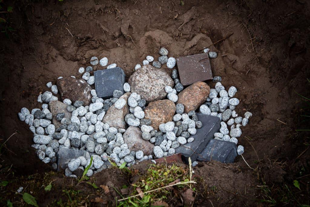 Erdloch mit Steinen