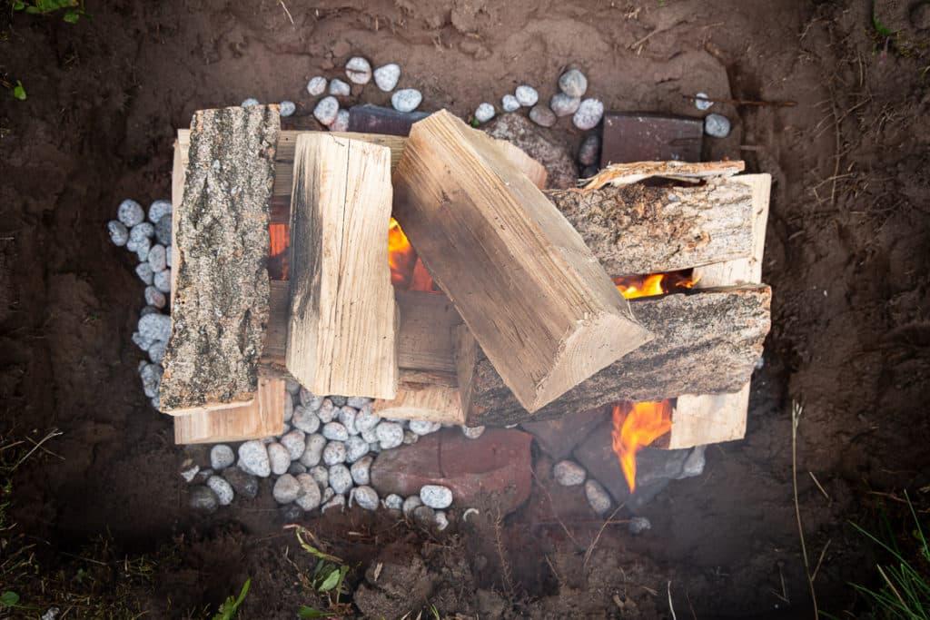 Feuer im Erdloch