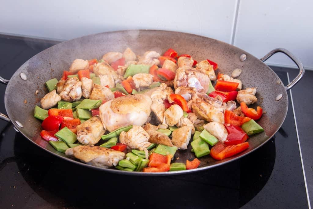 Gemüse und Fleisch anbraten