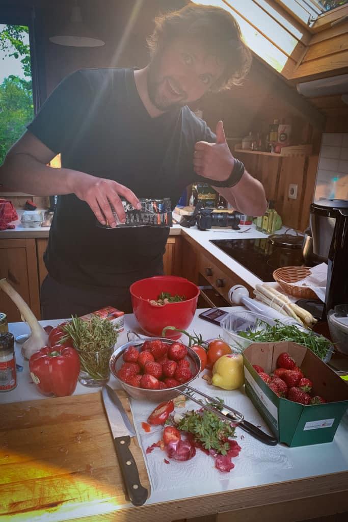 Jannik beim Kochen