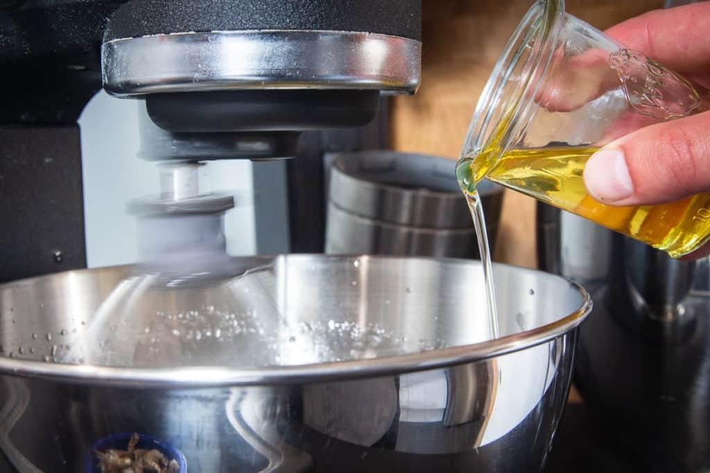 Öl in einem dünnen Strahl zur Aioli geben