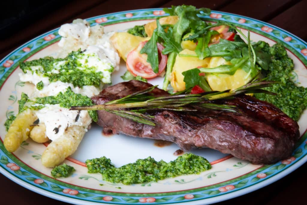 Rumpsteak mit Kartoffelsalat, Spargel & Pesto