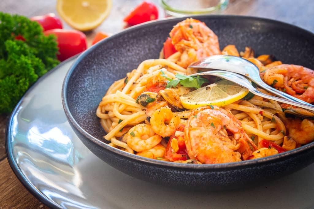 Ein Teller voller Pasta mit Meeresfrüchten