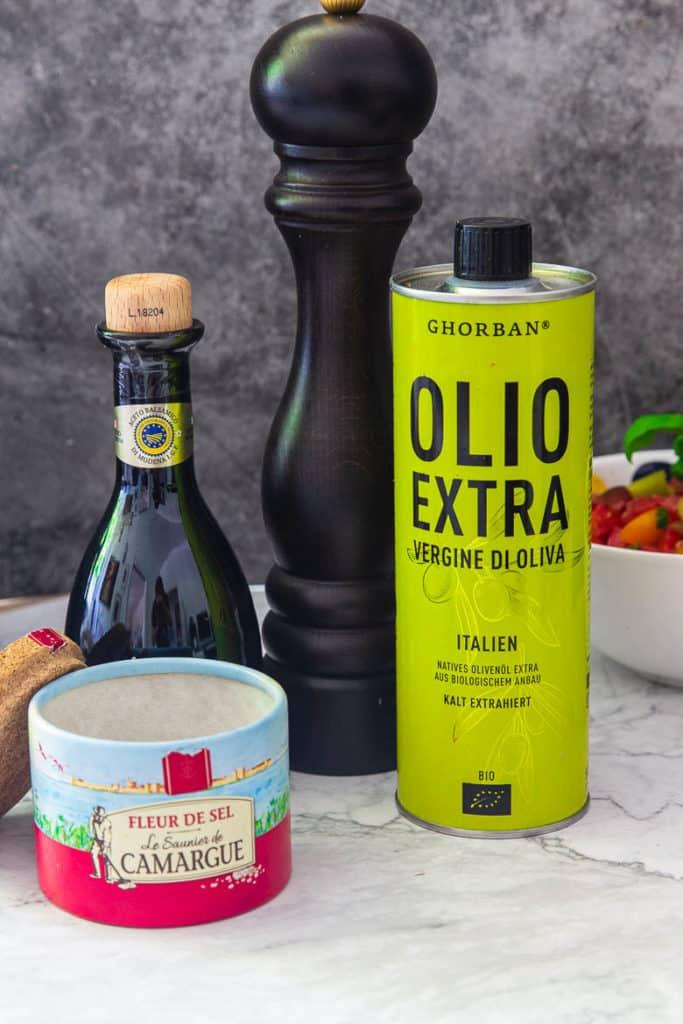 Essig, Öl & Salz für Tomatensalat
