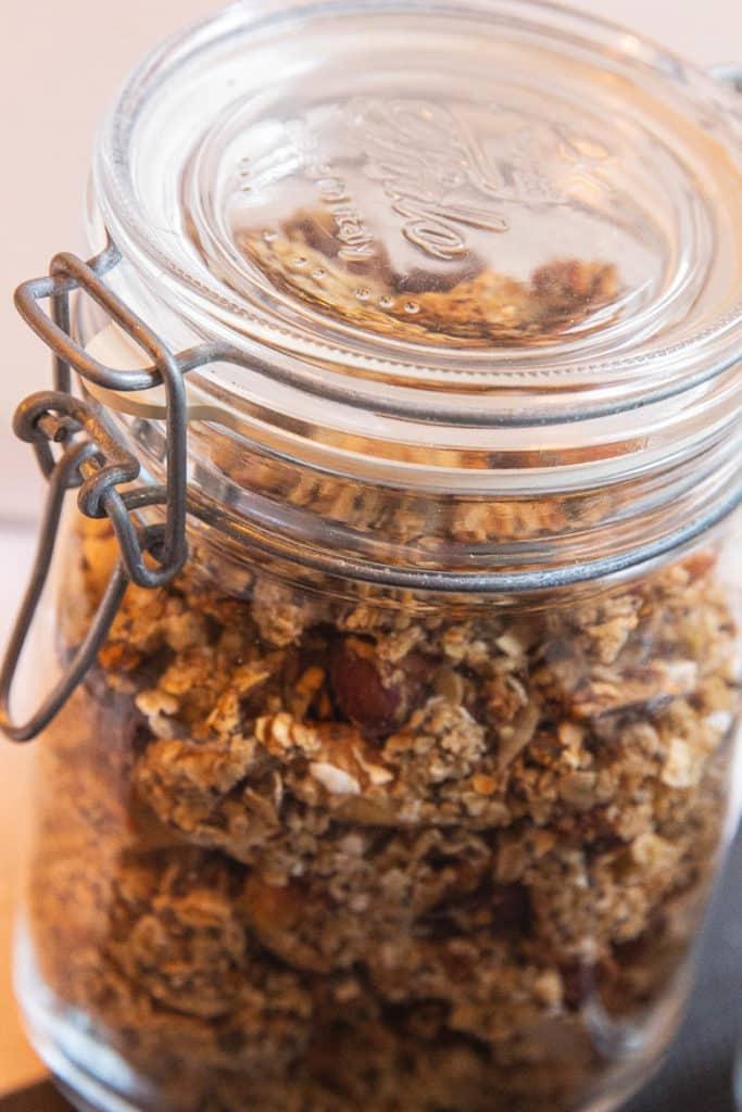 Ein Glas selbstgemachtes Granola