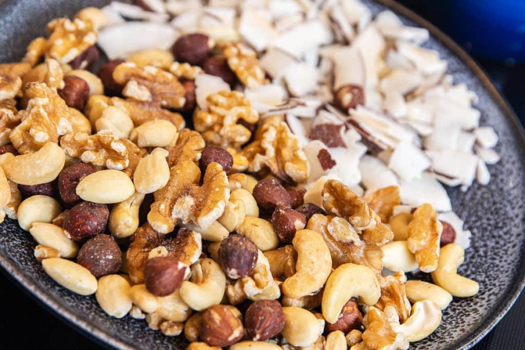 Nüsse und Kokoschips für Müsli