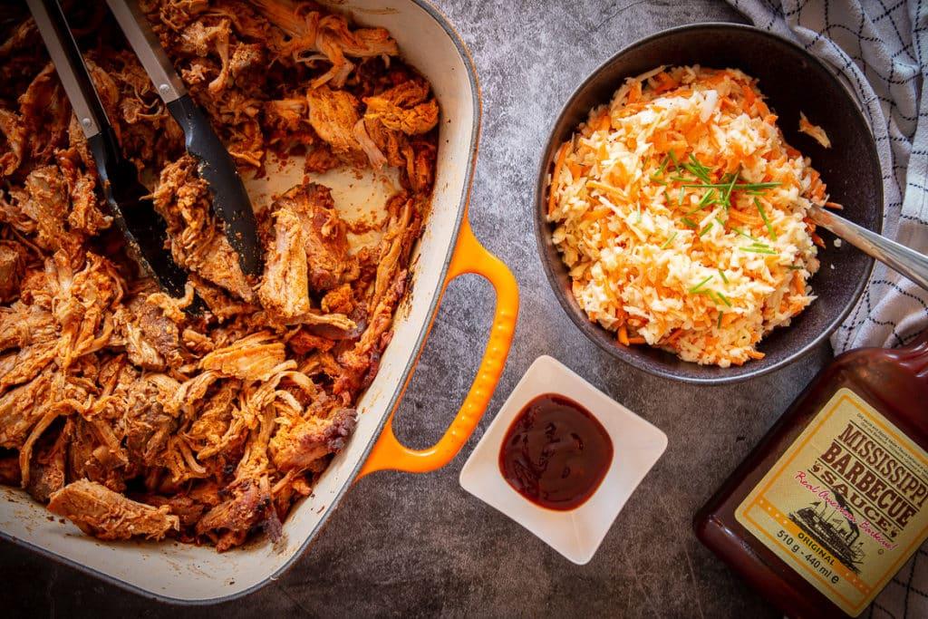 Sous-vide Pulled pork mit Beilagen (Coleslaw und BBQ-Sauce)