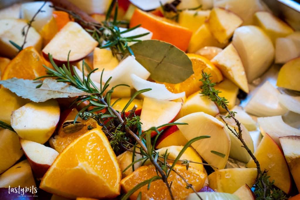Zwiebeln, Äpfel, Orange & Gewürze als Füllung