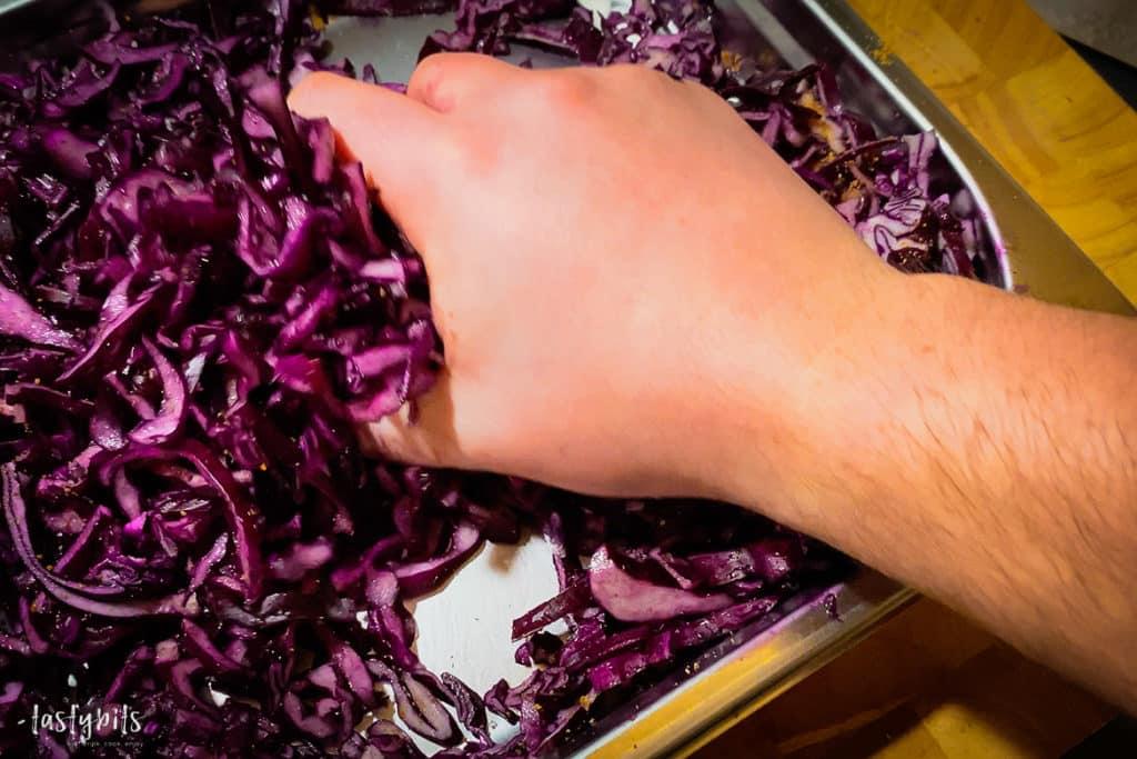 Rotkohl mit Salz und Zucker kneten