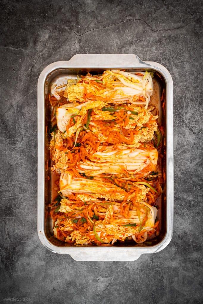 Kimchi - Kohl mit Marinade einreiben