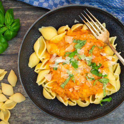 Pasta mit Tomaten-Sahne-Sauce