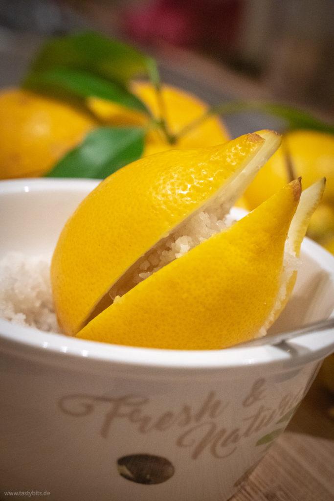 Salz in Zitrone geben