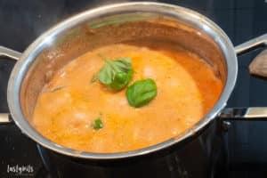 Tomaten-Sahne-Sauce kochen
