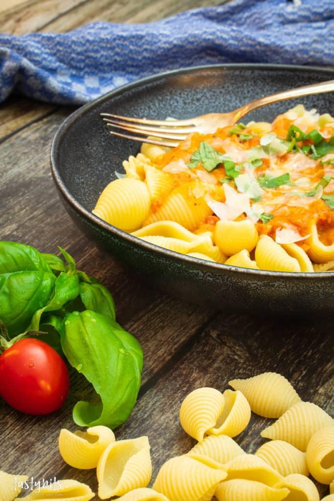 Tomaten-Sahne-Sauce mit Pasta