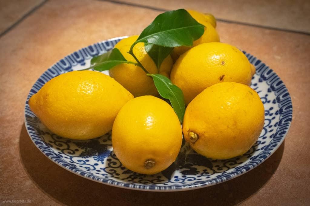 Ein Teller voller Zitronen