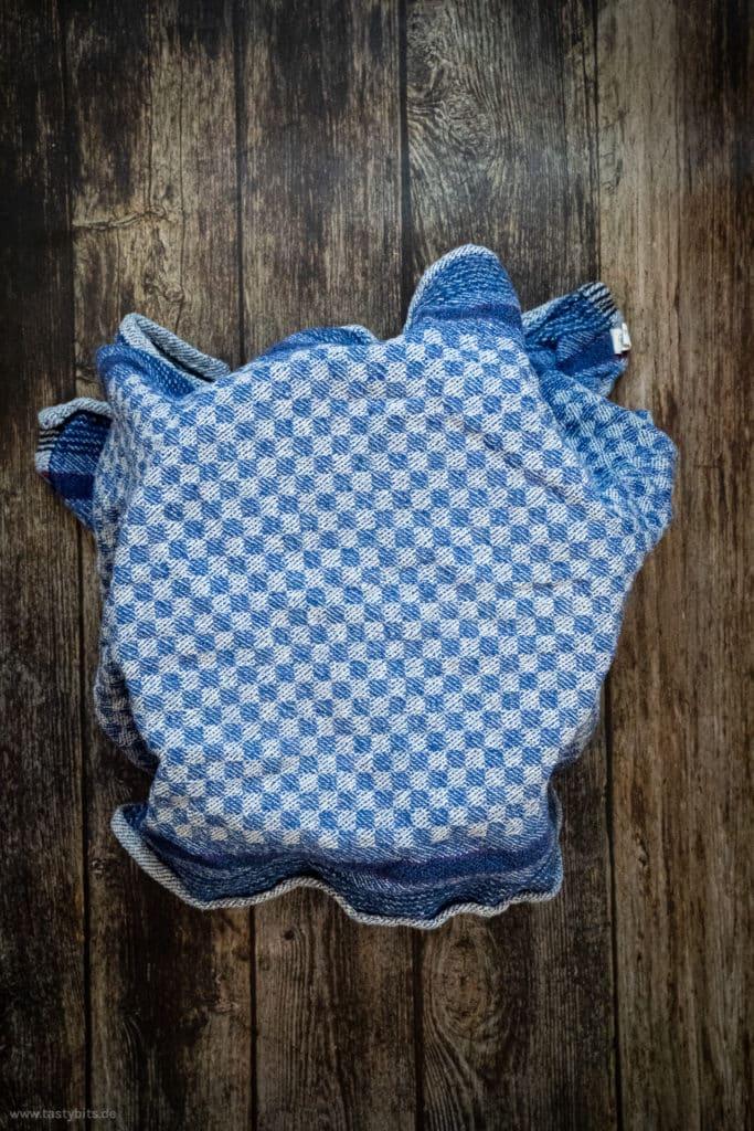Teig mit Geschirrhandtuch abgedeckt ruhen lassen