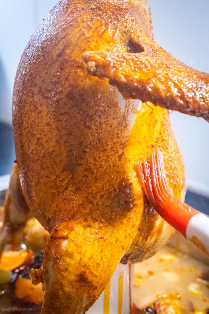 Huhn mit Marinade bestreichen